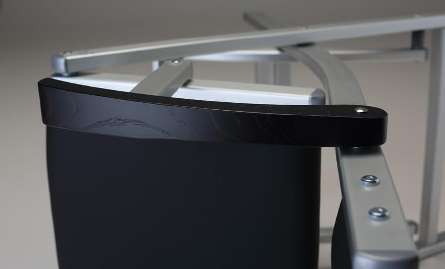 Die Finishs, die Verstärkungen: Hier die Details, die einen Schminkstuhl zuverlässig, professionell und sicher machen.